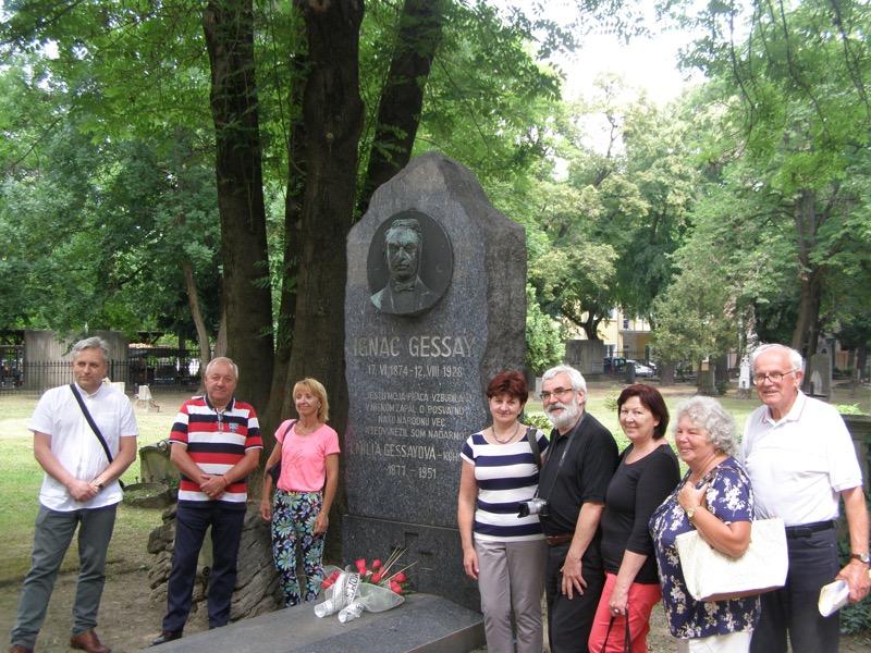 Pri pamätníku